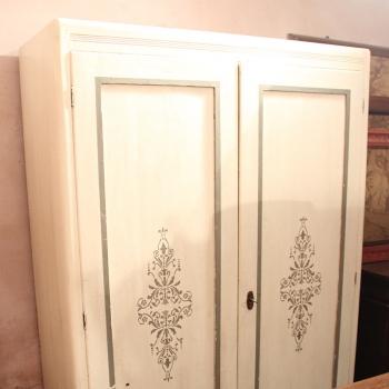 Armadio bianco shabby decorato