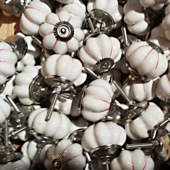Pomello in porcellana a pomodoro bianco