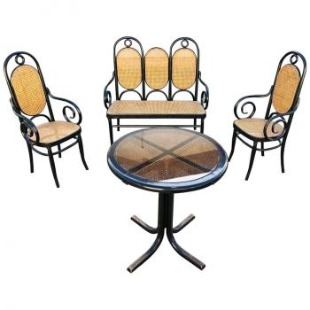 Salotto tipo Thonet composto da divano due poltrone e un tavolino