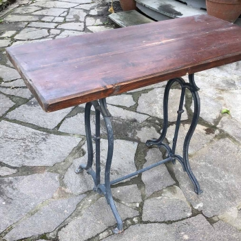 Tavolino con base in ghisa ex macchina da cucire