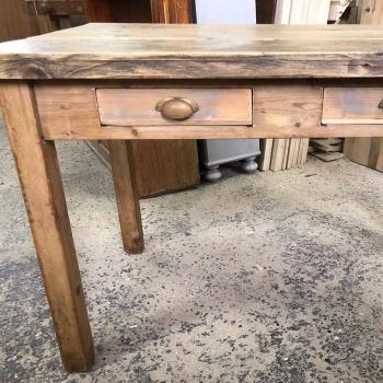 Tavolo rustico in abete con due cassetti e mattarello laterale