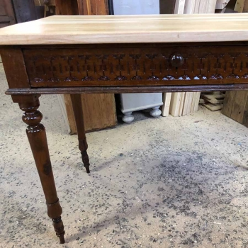 Tavolo scrivania antico in noce con cassetti